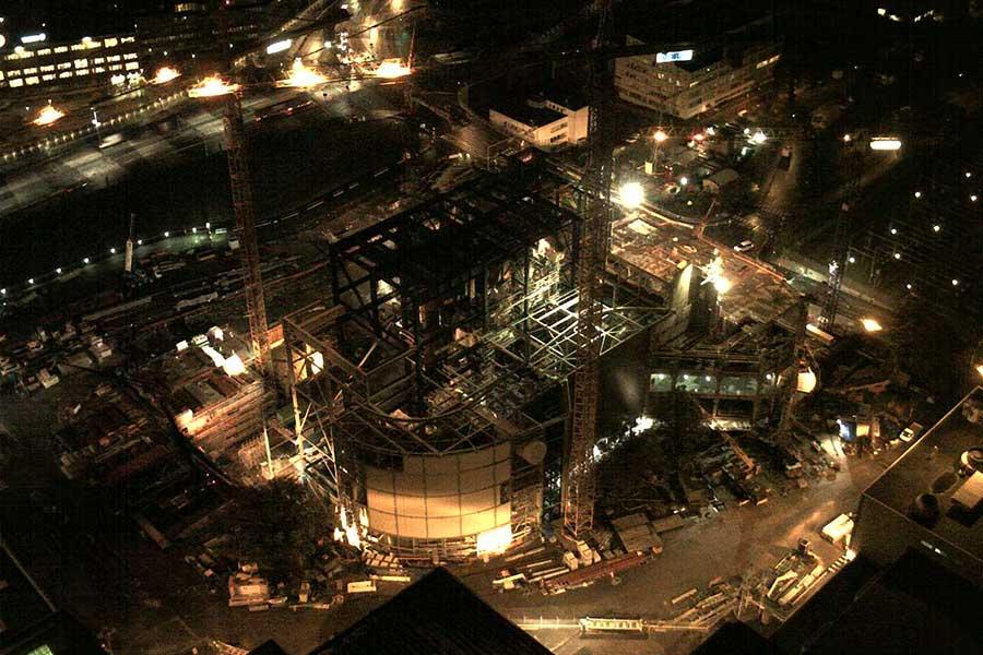 Mit SCIA Statiksoftware dimensionierte und geplante Stahlkonstruktion Gebäudekomplex Wirbelschichtverbrennungsanlage - Nachtaufnahme